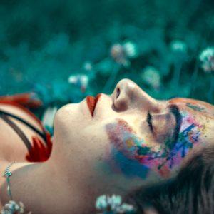 Tête de femme allongée dans l'herbe vue de profil